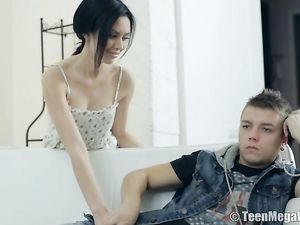 Horny Teen Beauty Shows How To Seduce A Man